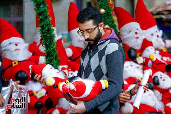 رجل يحمل بابا نويل
