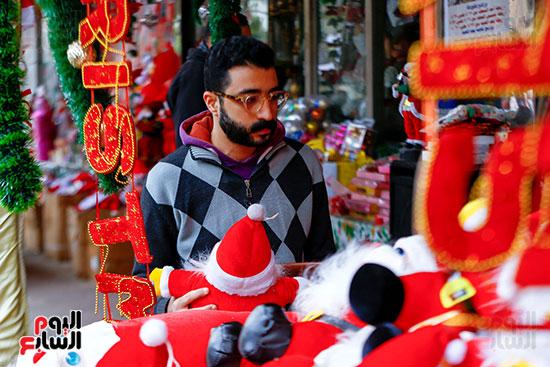 رجل أمام زينة الكريسماس