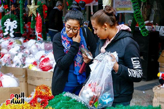 فتيات يشترين زينة الكريسماس