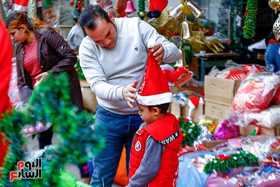 طفل يرتدى طرطور بابا نويل