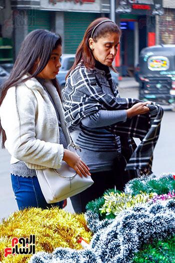سيدة وابنتها أمام زينة الكريسماس