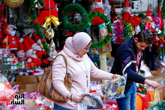 سيدة أثناء شراها لزينة الكريسماس