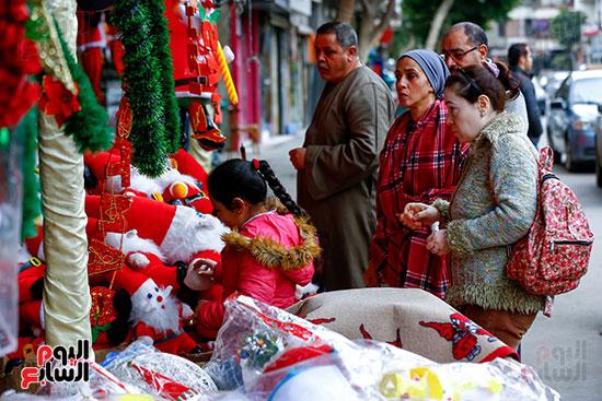 المصريون يشترون زينة الكريسماس