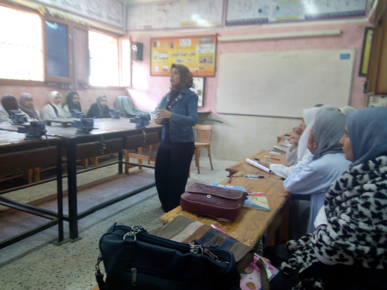 ندوات القومى للمرأة بالمدارس للتوعية بمخاطر الزواج المبكر (6)