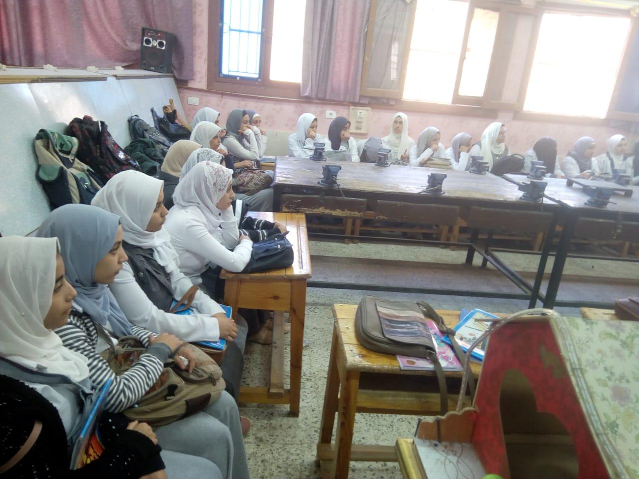 ندوات القومى للمرأة بالمدارس للتوعية بمخاطر الزواج المبكر (4)