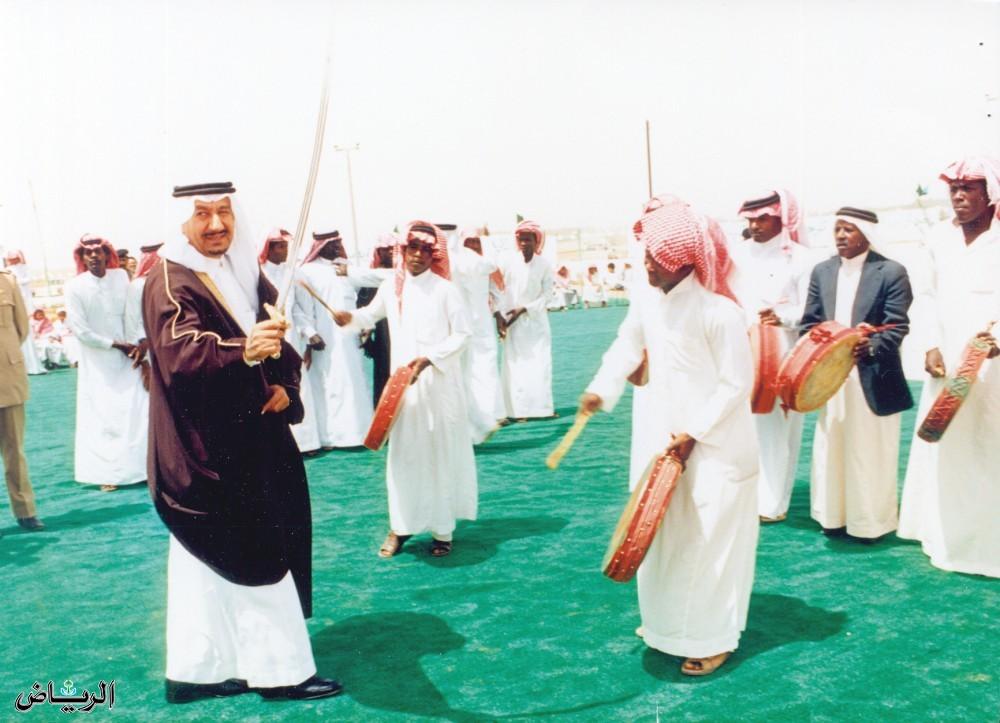 الأمير متعب بن عبدالعزيز يرقص العرضة مع أهالي حائل 1408ه