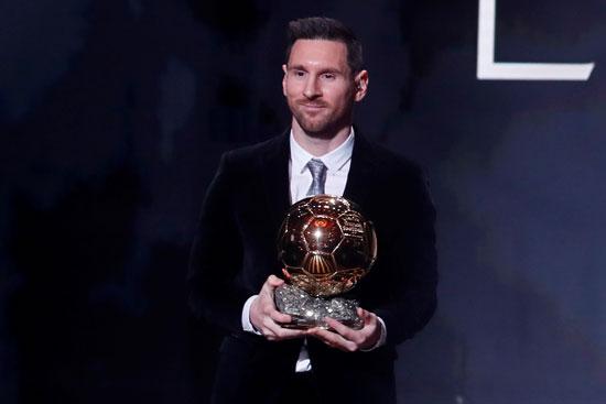 ميسى مع الجائزة
