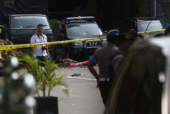 الشرطة الاندونيسية فى موقع الحادث