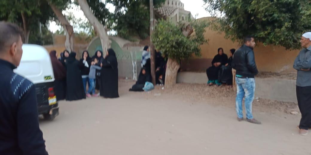 الحزن يخيم علي قرية ميت حلفا قبل توديع جثمان شعبان عبد الرحيم (3)