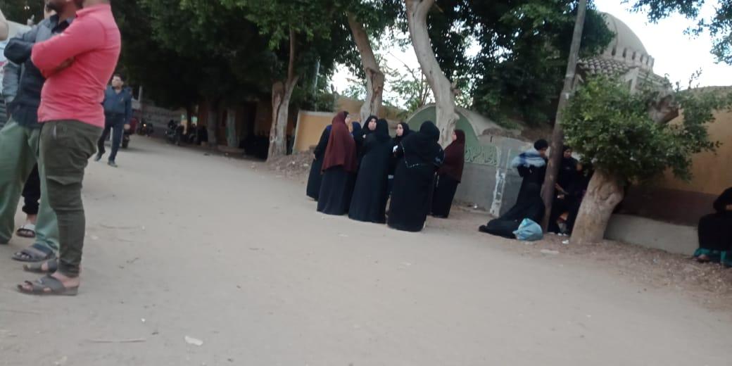 الحزن يخيم علي قرية ميت حلفا قبل توديع جثمان شعبان عبد الرحيم (2)