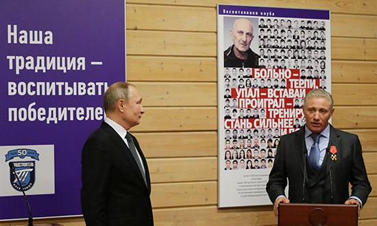 نائب رئيس اتحاد الجودو في روسيا يتحدث بعد حصوله على جائزة من الرئيس بوتين