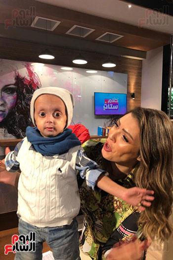 الإعلامية شريهان أبو الحسن مع الطفل زين (1)