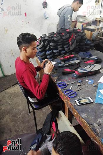 قصة نجاح شاب من صانع أحذية رياضية لصاحب مصنع بالمنوفية (3)