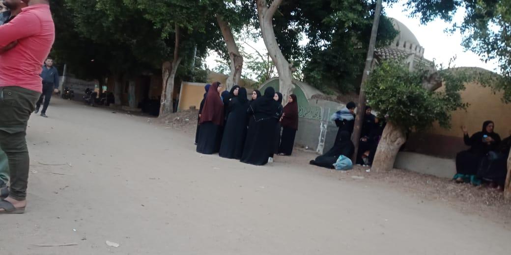 الحزن يخيم علي قرية ميت حلفا قبل توديع جثمان شعبان عبد الرحيم (4)