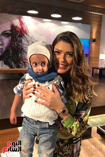 الإعلامية شريهان أبو الحسن مع الطفل زين (2)
