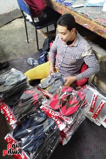 قصة نجاح شاب من صانع أحذية رياضية لصاحب مصنع بالمنوفية (8)