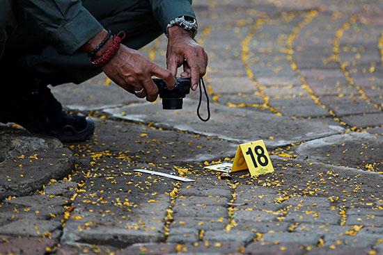 شرطى يصور موقع الحادث