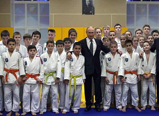 الرئيس الروسى يلتقط صورة مع أعضاء نادي الجودو المحلي