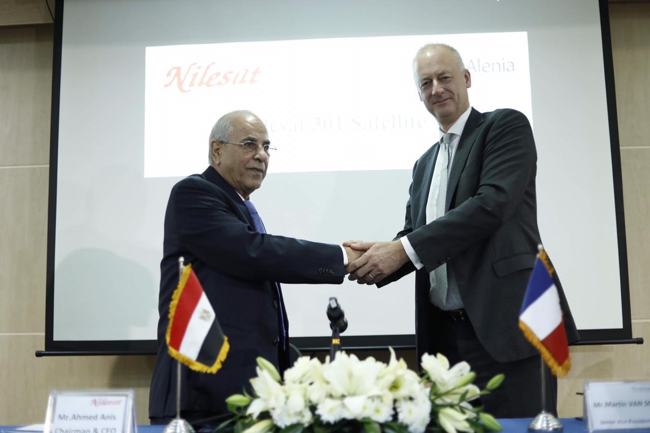 توقيع عقود تصنيع نايل سات (2)