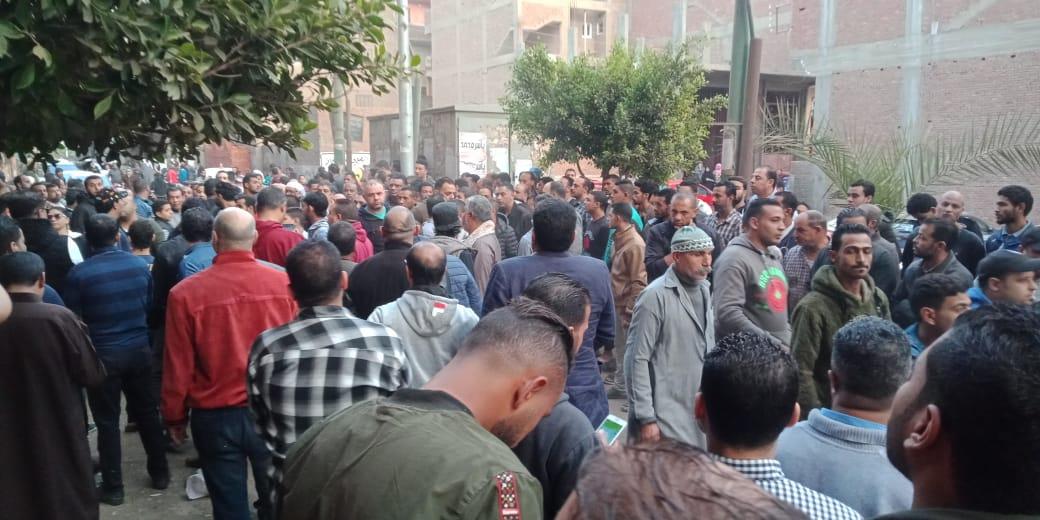 الحزن يخيم علي قرية ميت حلفا قبل توديع جثمان شعبان عبد الرحيم (11)