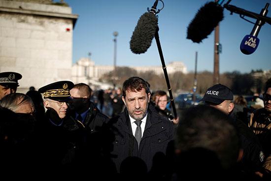 وزير الداخلية الفرنسى يزور منطقة برج إيفل