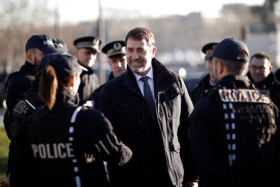 كريستوف كاستانير مع قوات الشرطة