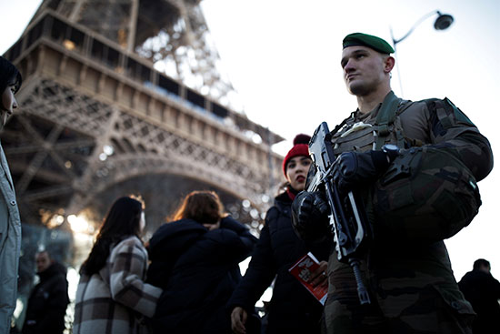 جندى فرنسى يقف حرسًا بالقرب من برج إيفل