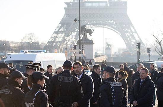 وزير الداخلية الفرنسي كريستوف كاستانير أثناء زيارته لمنطقة برج إيفل فى باريس