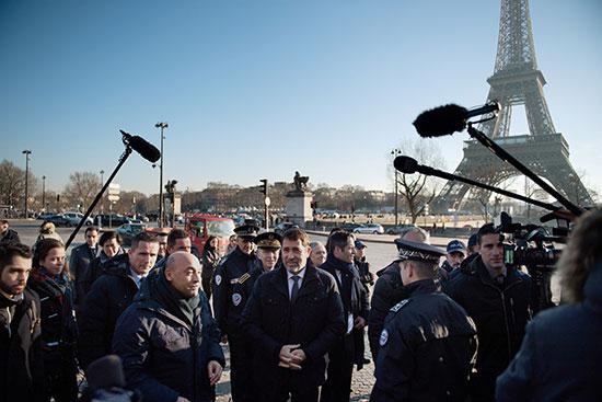 وزير الداخلية الفرنسى كريستوف كاستانير يتحدث إلى ضباط الشرطة