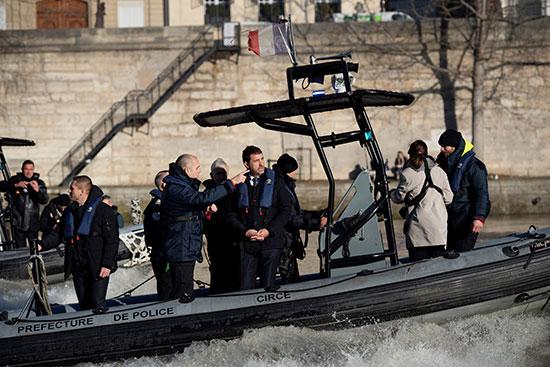 وزير الداخلية الفرنسى يقوم بدورية على نهر السين فى باريس