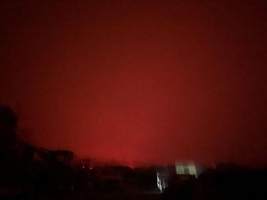 مالاكوت لون سمائها أحمر بسبب الحرائق فى مالاكوت