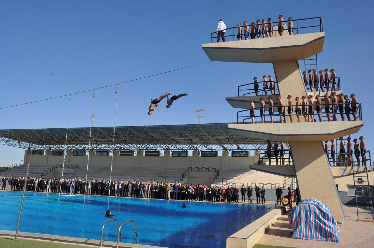 تدريب طلاب الشرطة على السباحة