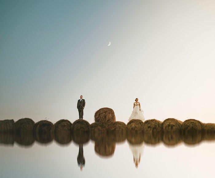 صورة لعروسين على تلال من القش
