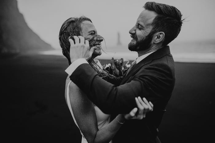 عروسان وسط الرمال السوداء بأيسلندا