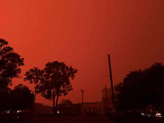 الحرائق تغير لون السماء للأحمر فى مالاكوت