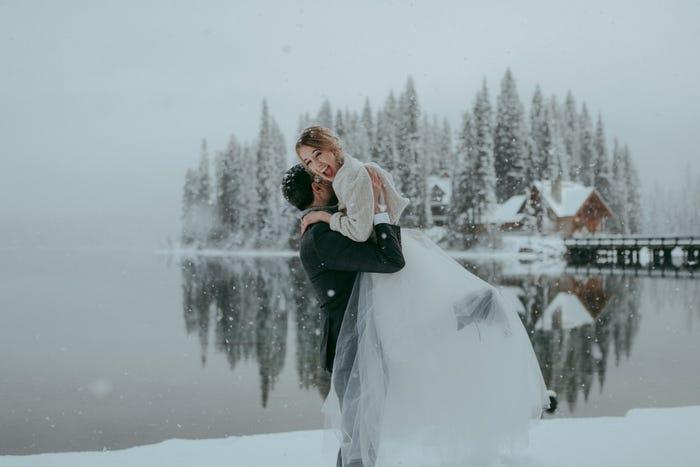 عروسان وسط الثلج في كولومبيا