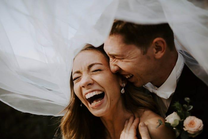 لحظة حميمية بين عروسين