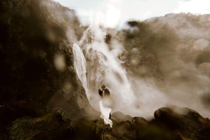 صورة مميزة لعروسين وسط الشلالات