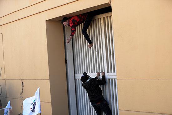 محتجون يحاولون إقتحام السفارة