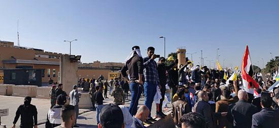 العراقيون يتجمعون خارج مقر السفارة الأمريكية