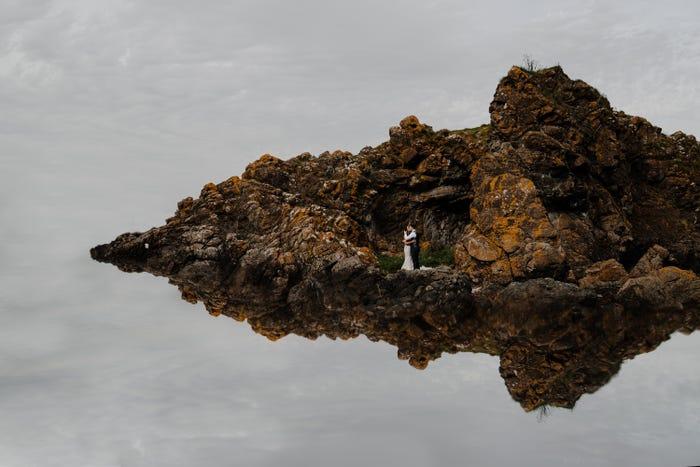 عروسان على جزيرة بعيدة عن العالم