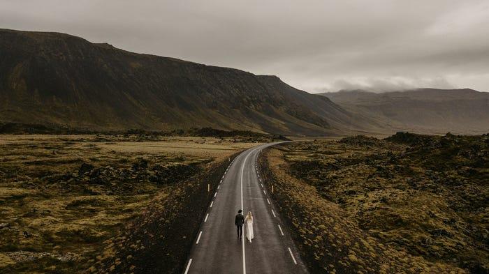 صورة لعروسين في أيسلندا