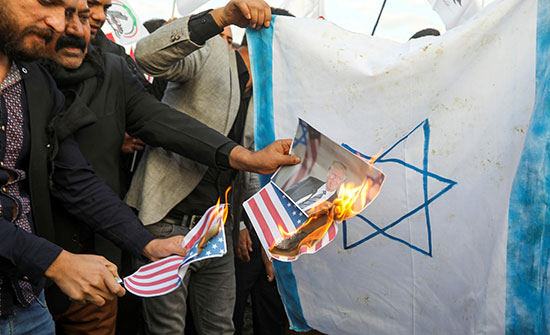 حرق العلم الإسرائيلى على يد المحتجين العراقيين