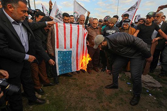 المحتجون يعبرون عن غضبهم بحرق علم أمريكا