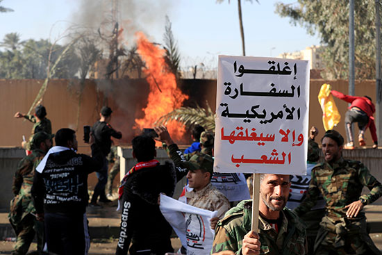 المحتجون يضرمون النار فى السفارة