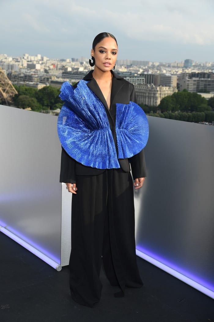 تيسا طومسون في اطلالة أنيقة بالأزرق