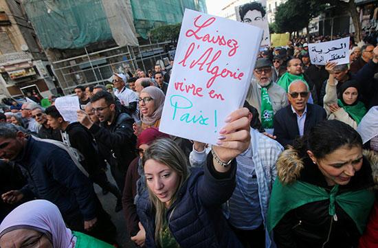 المتظاهرون يطالبون بمزيد من الحرية