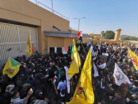 تزايد أعداد المحتجون خارج السفارة الأمريكية فى بغداد