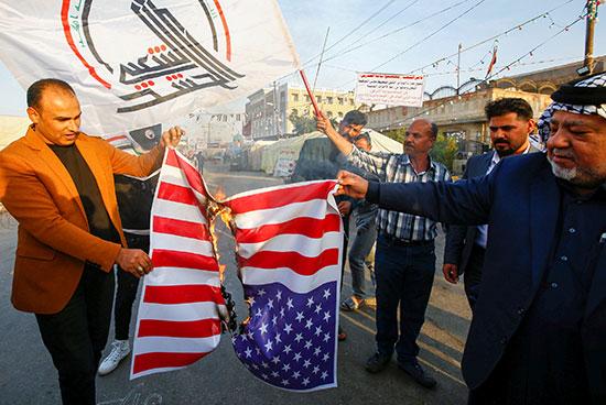 محتجو الحشد الشعبى يحرقون علم الولايات المتحدة