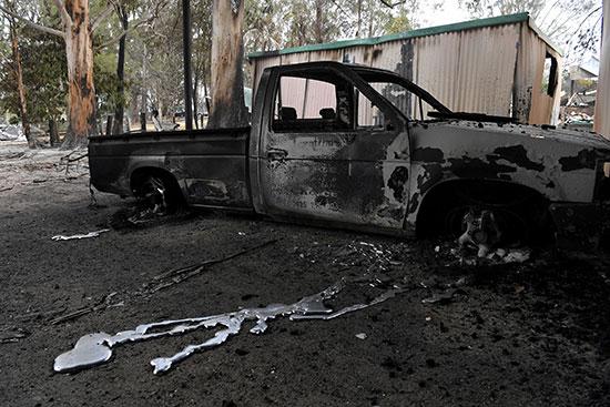 سيارة تفحمت بسبب الحرائق